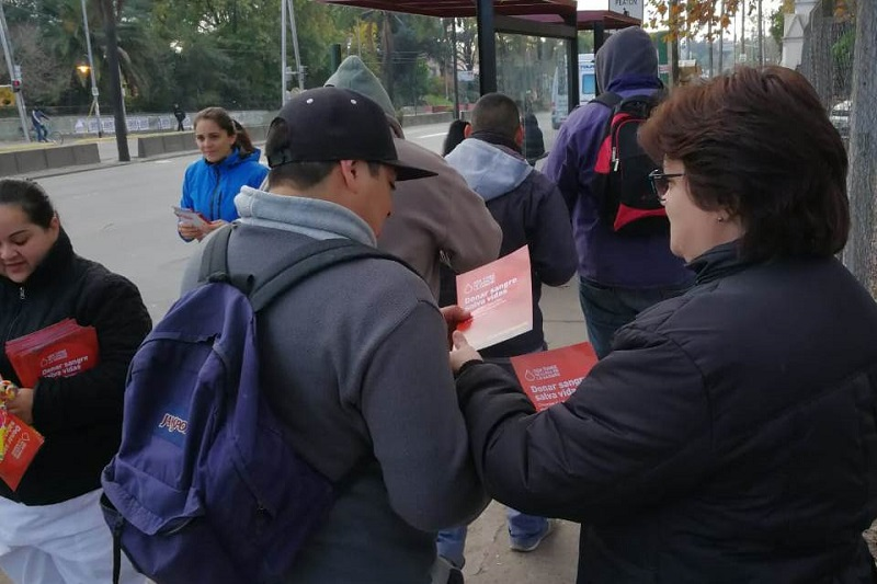 Los estudiantes repartieron folletos para remarcar la importancia de ser voluntario.
